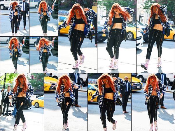 - ..08/09/17.. - Bella Thorne a été photographiée alors qu'elle arrivait à son hôtel étant dans New-York City.Notre magnifique miss Bella Thorne s'est fait envahir de flash à son retour à son hôtel. Coté tenue, c'est simple mais c'est un top de ma part. Avis ?! -