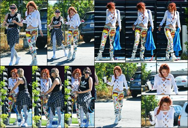 - ..06/10/17.. - Bella Thorne a été photographiée, alors, qu'elle quittait le « Coffe Bean » dans Los Angeles !Notre magnifique miss Thorne était en compagnie de son amie Lo. Elle se rendait ensuite au studio d'enregistrement... Côté tenue, un top pour moi ! -
