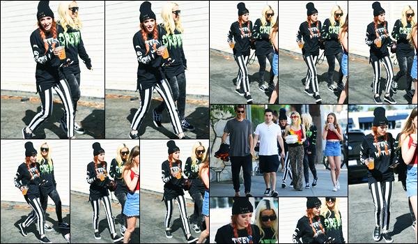 - ..07/10/17.. - Bella Thorne a été photographiée, alors, qu'elle quittait un restaurant, étant à Los Angeles !Notre magnifique miss Thorne était en compagnie de ses amies, boisson à la main. Concernant sa tenue, je ne suis pas trop fan mais c'est pas un flop. -