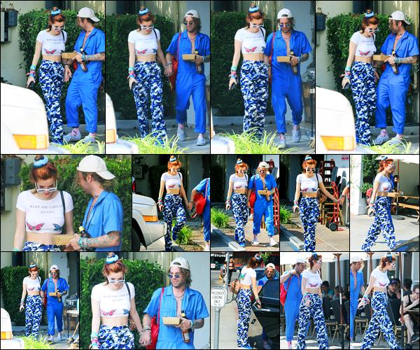 - ..19/10/17.. - Bella Thorne a été photographiée, alors, qu'elle quittait un déjeuner, étant, dans Studio City.Notre magnifique miss B. Thorne était en compagnie de son ami le rappeur Mod Sun. Coté tenue, c'est tout simple mais c'est un petit top pour moi ! -