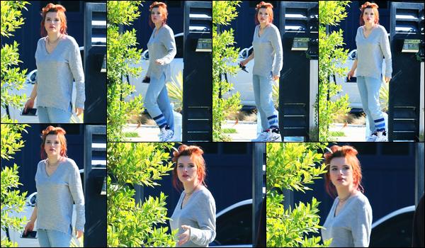 - ..06/11/17.. - Bella Thorne a été photographiée alors qu'elle quittait son domicile, étant à Sherman Oaks !Notre magnifique miss B. Thorne n'avait pas l'air ravie de voir les paparazzis. Coté tenue, c'est très décontracté, c'est un bof pour ma part. Vos avis ? -