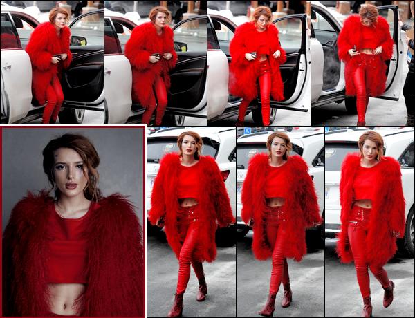 - - 22.01.18 -''▬ Bella.T a été aperçue se déambulant dans les rues de Park City pendant le festival du film de Sundance !Vous pouvez également découvrir une jolie photo de miss Thorne prise le même jour au «Music Lodge» ! Personnellement, j'adore sa tenue, et vous ? -