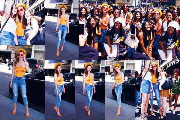 -25/05/2018- ─ Bella Thorne a été photographiée, alors, qu'elle prenait la pose devant Times Square, étant à New-York C.Notre magnifique Bella Thorne a poser avec quelques fans présent, où elle avait un grand sourire ! Concernant la tenue de celle-ci, c'est un très beau top