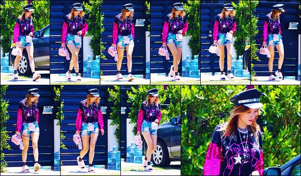 -12/07/2018- ─ Bella Thorne a été photographiée alors qu'elle quittait son domicile qui se situe dans la ville de Studio CityAprès quelques jours sans nouvelles de notre jolie Bella T., elle sortait pour rejoindre des amis à une soirée. Concernant la tenue, c'est un jolie petit top !