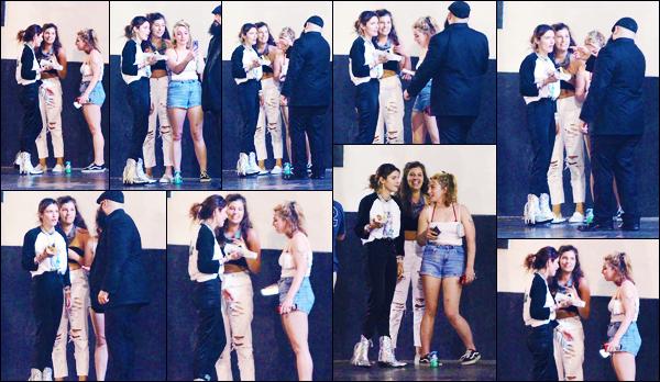 -27/07/2018- ─ Bella Thorne a été photographiée alors qu'elle déjeuner avec quelques amis au Avalon étant à Hollywood.C'est donc après quelques jours sans nouvelles de sa part et en compagnie de quelques amis que nous la retrouvons. Concernant sa tenue, c'est un top !