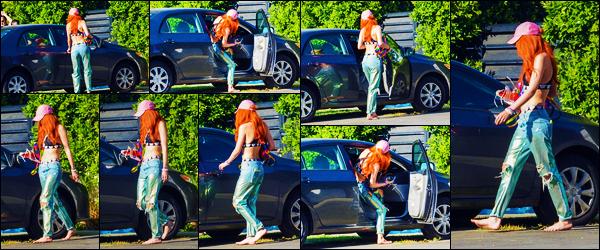 -03/08/2018- ─ Bella Thorne a été photographiée alors qu'elle quittait son domicile se situant dans la ville de Studio City.Après quelques temps sans nouvelles de notre Bella Thorne, la voila enfin, même si on la voit peu. Concernant sa tenue, c'est un jolie top pour ma part !