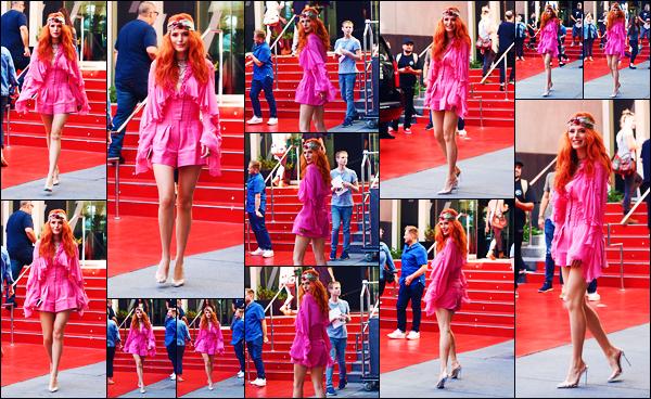 -01/10/2018- ─ Bella Thorne a été photographiée, alors, qu'elle quittait son hôtel « W Hotel » qui se situait à - Hollywood.C'est un look très rose et un bandana sur la tête que la belle actrice a quittée son hôtel et a posée devant les paparazzis. Concernant sa tenue, c'est top !