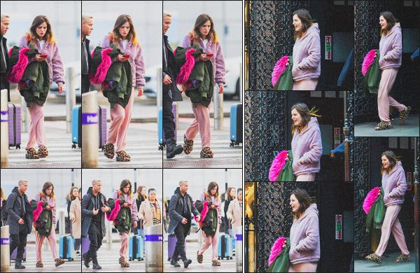 . 03.12.19 - Bella Thorne a été aperçue à l'aéroport « Heathrow » afin de prendre un vol vers LA dans'' ▬ ''Londres, UK. Après son petit séjour dans la capitale du Royaume-Uni, l'actrice Bella Thorne a été vue à l'aéroport Heathrow, afin de retourner en Calif' ! .