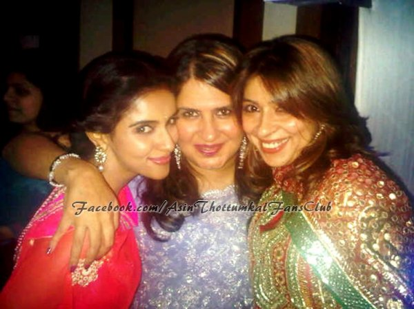 Unseen! Asin with her Friends..Exclusive!