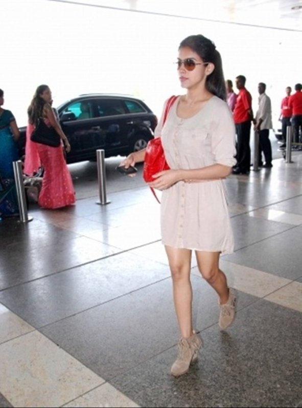 Asin Looking Insanely Hot at Mumbai Airport