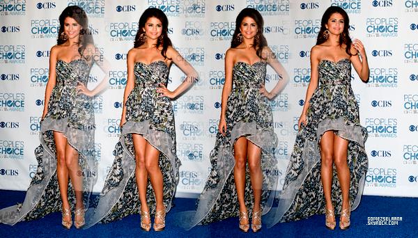 le 1 janvier 2011 - Selena toute bronzée qui en compagnie de son groupe était présente aux « People Choice Awards ».