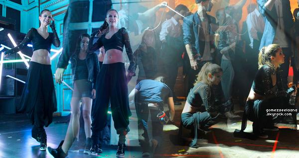 Des photos de Selena dans les coulisses du clip de Slow Down