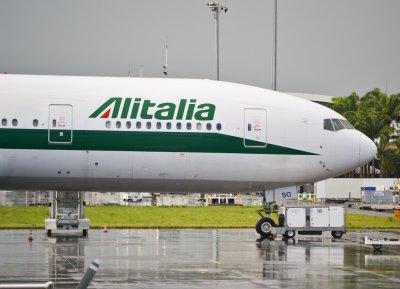 Boeing 777-200 Alitalia au fret à PTP