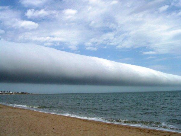 """Un nuage """"rouleau"""" au dessus du litoral argentin (2009). Ecrasant de puissance et de beauté !"""