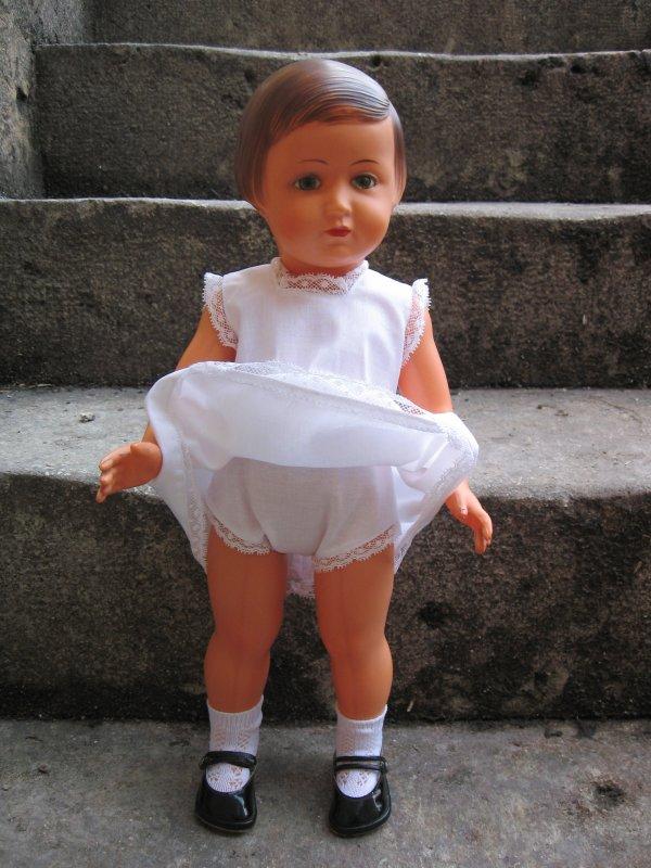Il lui fallait des dessous, la robe est très transparente !