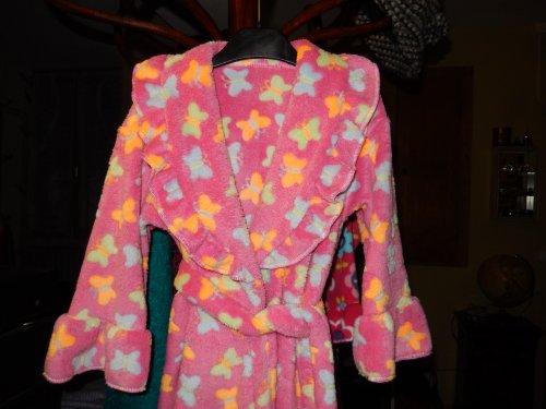 1ère robe de chambre pour Guillemette 4 ans. Il y a au moins 2 ans que j'avais le tissu prévu pour ça !