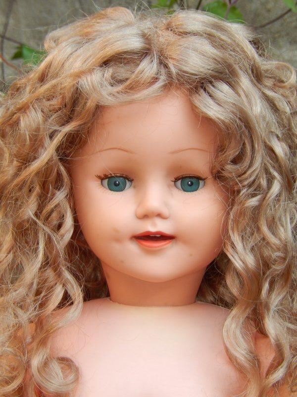Et Florence qui a été tondue et perruquée, 57cm, jolie avec ses petites fossettes !