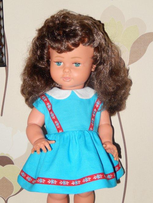Voici Corinne de Raynal qui essaie sa robe cousue cet après-midi !