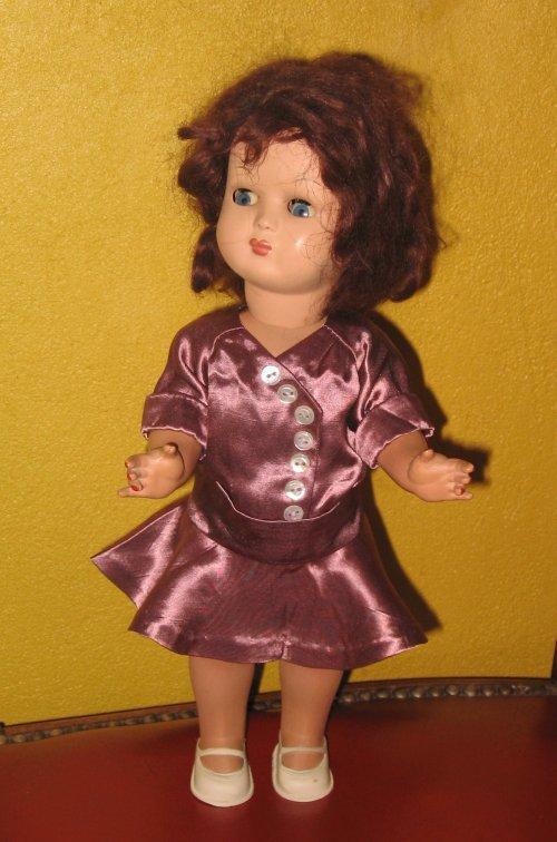 Robe Bleuette adaptée à une poupée un peu plus grande.