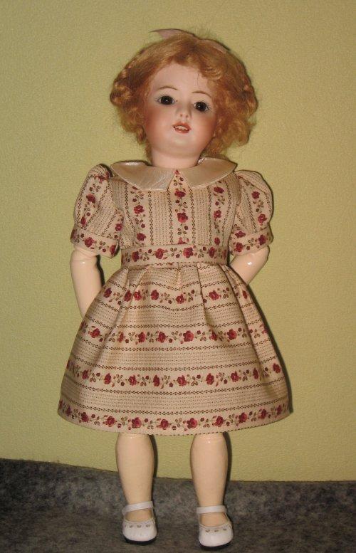"""Bleuette porte une robe inspirée d'un modèle 1956 """" La roseraie"""""""