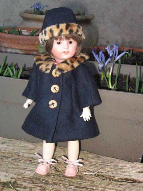 Un petit manteau avec son chapeau assorti pour Loulotte