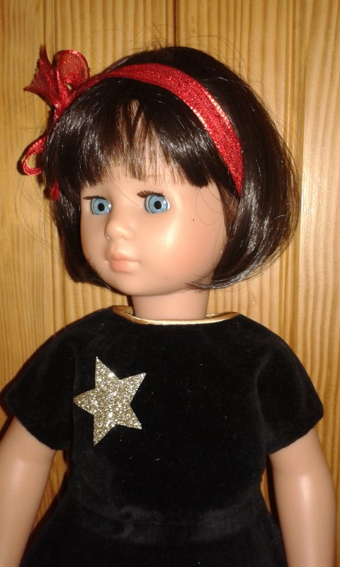 Dolli chic de Zapf porte la robe d'Emilie