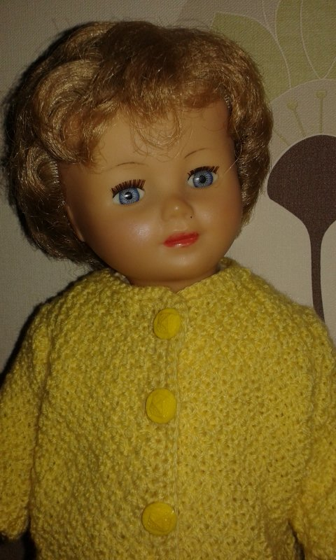Marie-Françoise Clo en manteau jaune