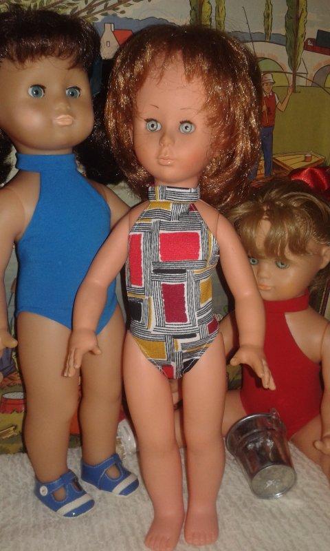 Un troisième maillot coupé dans un véritable jersey années 60 mais sans élasthanne, inutile de dire que nos poupées M&T ne peuvent pas rentrer dedans, c'est donc une plus petite mais surtout plus fine italienne qui en a hérité