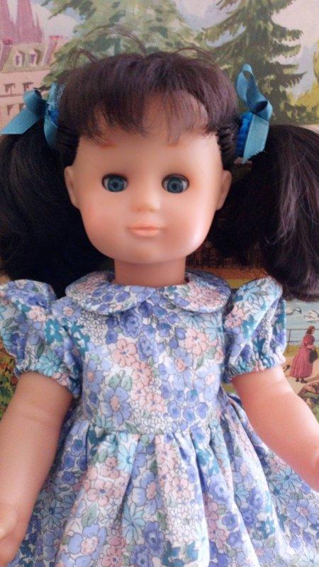 """Emilie porte le modèle """"Goûter d'anniversaire"""" de mars 2002"""