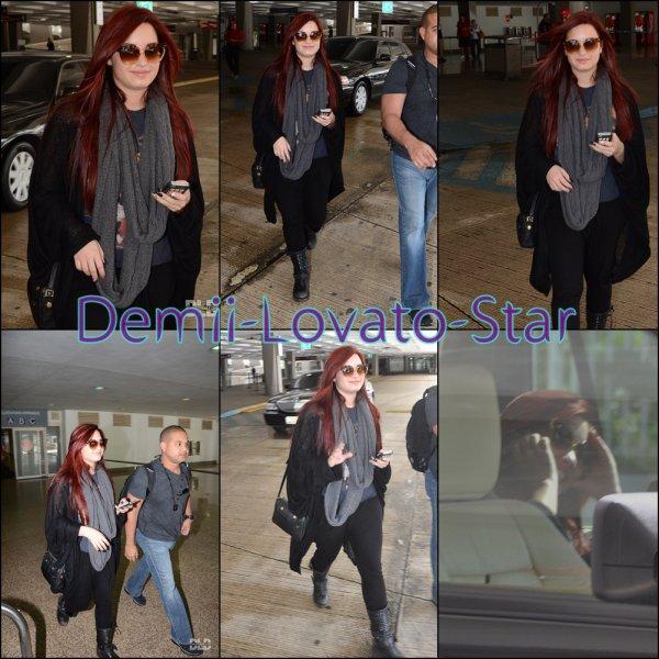 Demi est arrivée à l' aéroport international de San Juan le 15 Décembre, 2011 à San Juan, Porto Rico.