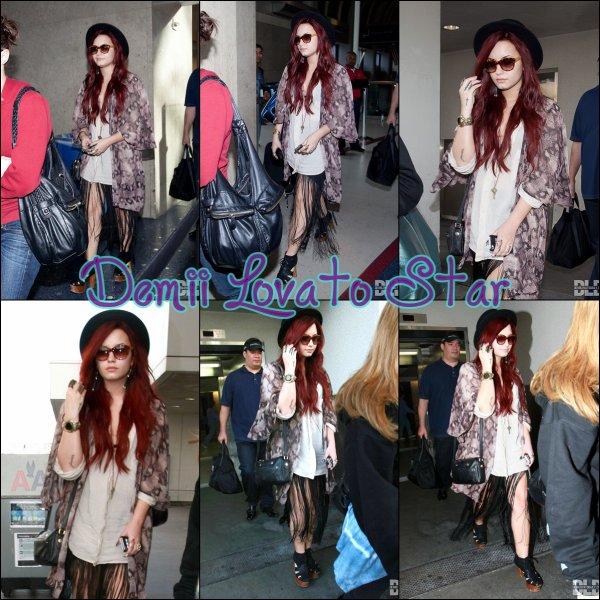 Demi a été vu arrivant à l'aéroport de LAX le 17 Décembre, 2011 à Los Angeles, en Californie.