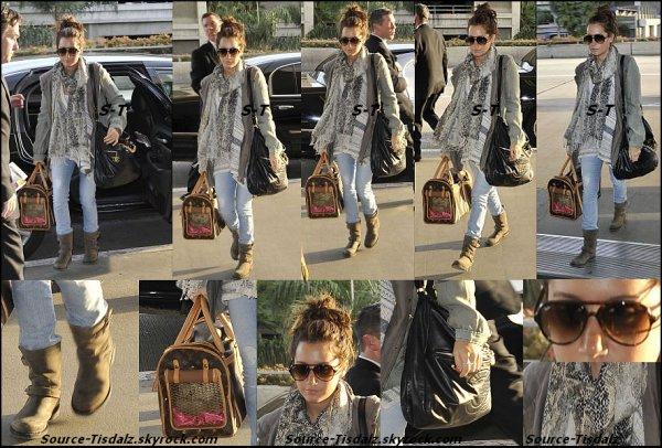 20/02/11. Miss Tisdale  a été vu à l'aéroport de Los Angeles pour prendre l'avion et retourner à Vancouver.