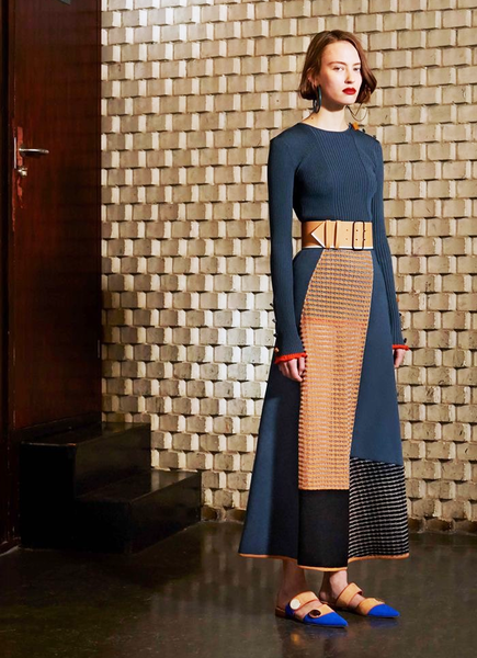 A knit dress contracts the fashion of your whole fall