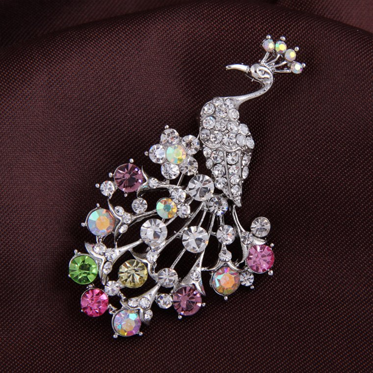 A proper brooch will make you more charming!