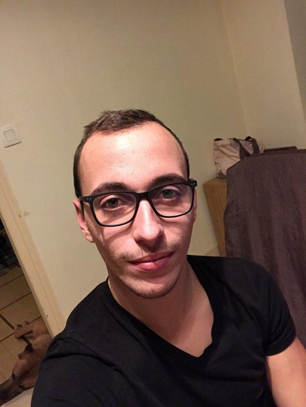 Quand t'essaye les lunettes d'une copine 