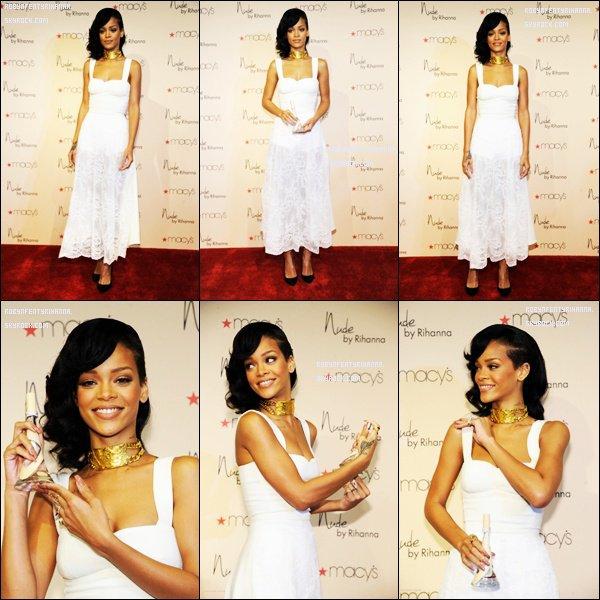 Le 01 Décembre ~ Rihanna fais la promotion de son parfum «Nude » au magasin «Macy's Century City» de Los Angeles.