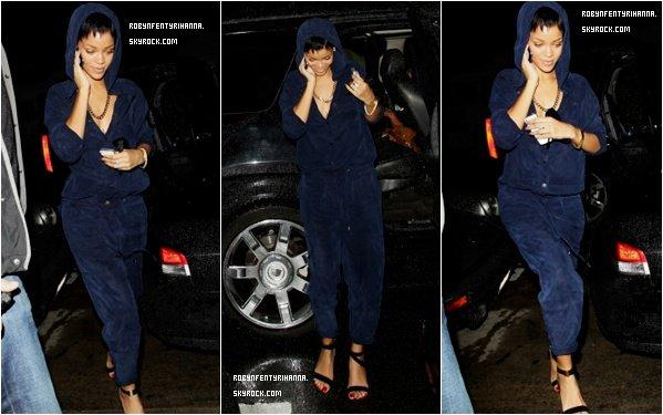 Le 02 Décembre ~ Rihanna est dans les rues de Los Angeles, elle à changer de coupe de cheveux à nouveau.