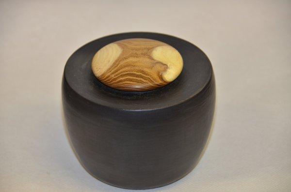 Pot tourné, terre rouge - émail noir mat - couvercle bois tourné - Cytise