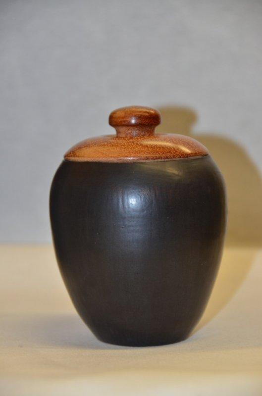 Pot tourné, terre rouge - émail noir mat - couvercle bois tourné - Merbau