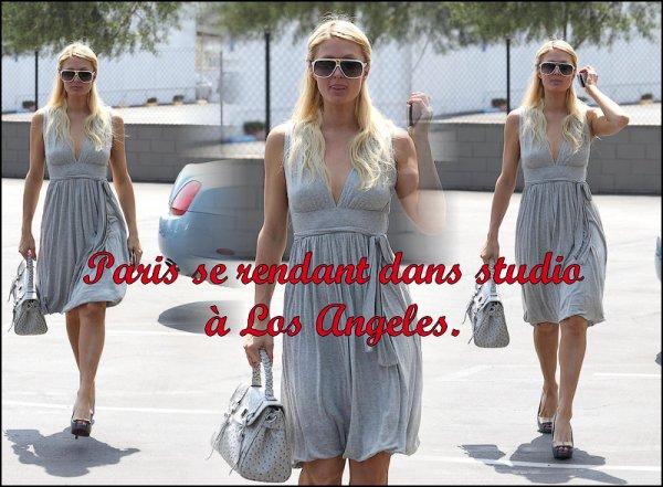 - Le 12 Avril , Paris a été aperçu se rendant dans un studio à Los Angeles. C'est un gros TOP j'adore sa robe légère et ses lunettes.-
