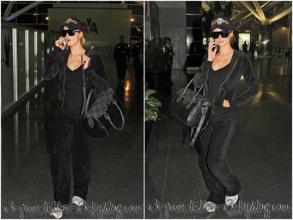 - Paris a été aperçu seule le 06 Avril à l'aéroport John F. Kennedy International Airport à New-York. Petit FLOP pour la tenue mais c'est une tenue de sport donc ça passe.-
