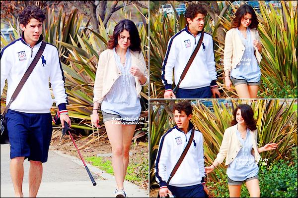 . 21/02/10 : Selena a été vue avec son petit copain Nick Jonas faisant une partie de golf à Los Angeles.  .