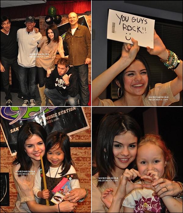 . 25/02/10 : Selena a été vue en visite à la radio 93.3 KHTS avec Frankie V et des fans à Los Angeles.  .