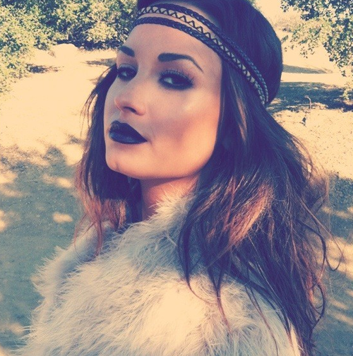 """"""" Il n'est pas ton prince charmant s'il ne s'est pas assuré que tu sais que tu es sa princesse."""" Demi Lovato"""