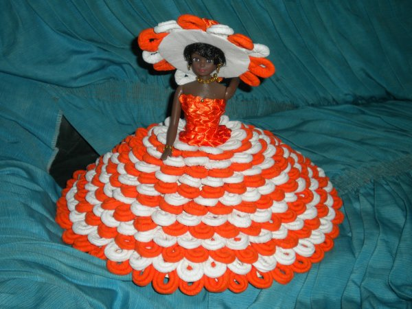 poupée orange et blanc