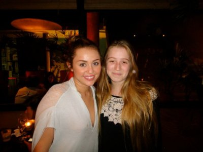 07.05.11 Photo personnelle + Miley dans un restaurant en Argentine + new tweets