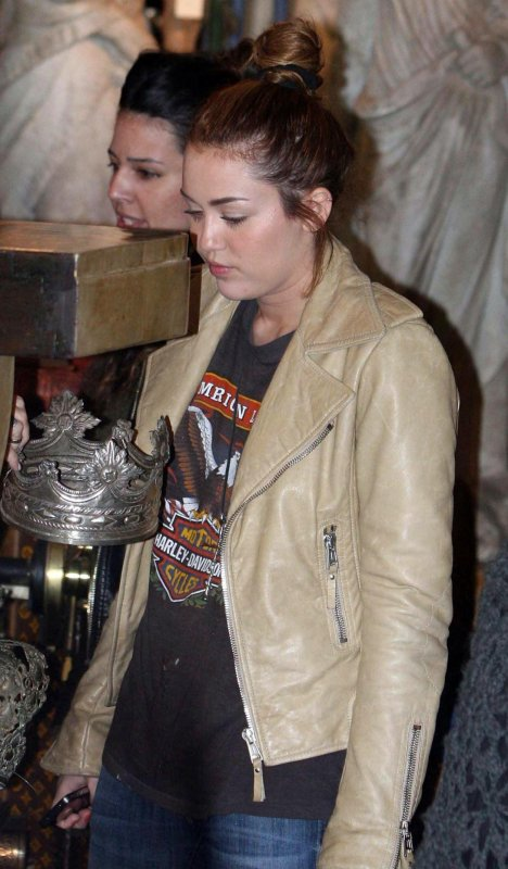09.05.11 Miley fait du shopping, Buenos Aires + Photo personnelle