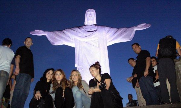 11.05.11 Miley visite la statue Cristo Redentor; Rio de Janeiro + new tweets