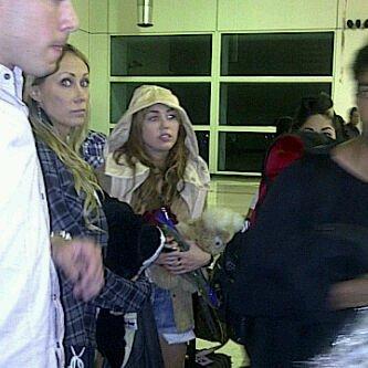 16.05.11 Miley arrive au Venezuela