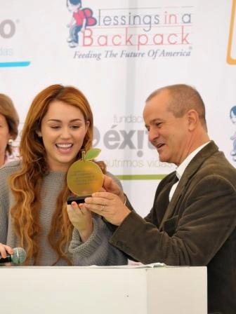 19.05.11 Miley visite une école, Bogota